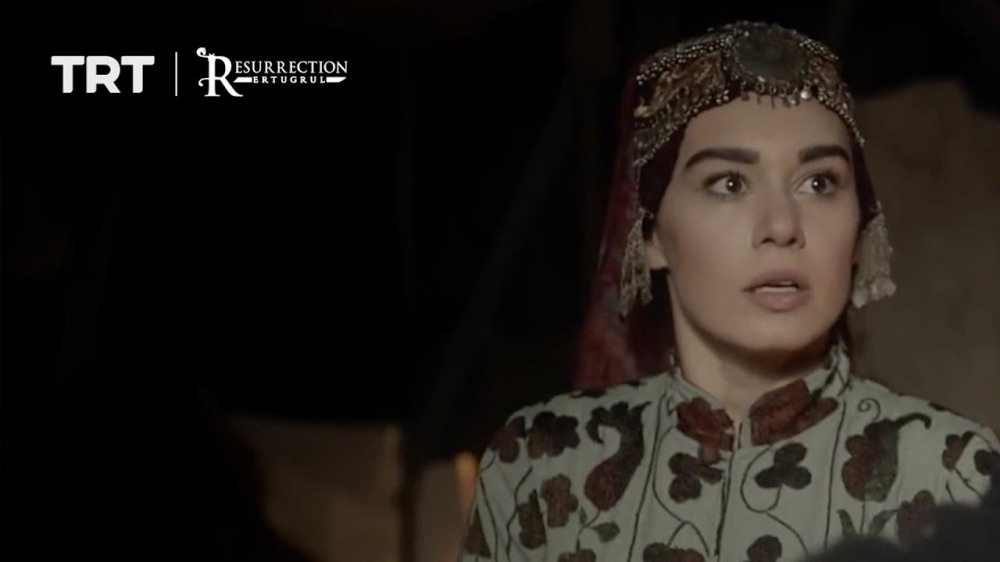 Gokce saves Ertugrul and gets stabbed by Alpargo